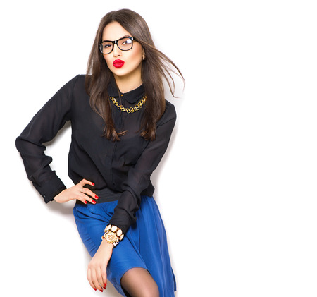 belle brunette: Beaut� mode sexy mod�le fille portant des lunettes, isol� sur fond blanc