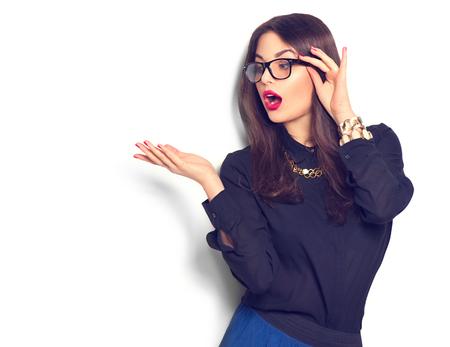 manos levantadas: manera de la belleza chica sexy que llevaba gafas que muestra el copyspace vac�o para el texto