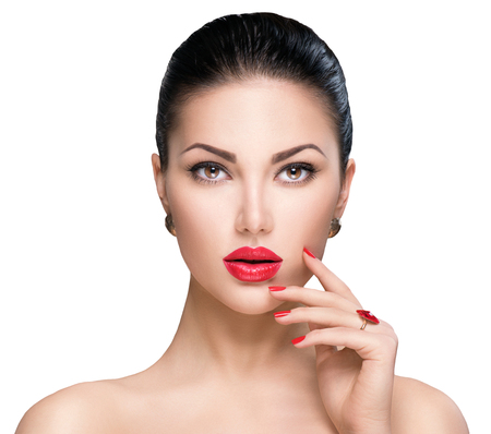 Mujer hermosa con lápiz labial rojo y uñas de color rojo