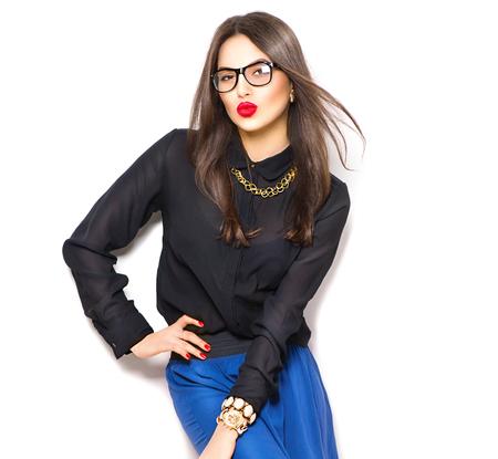 secretaria sexy: Muchacha de la belleza del modelo de manera atractiva con gafas, aislado en fondo blanco Foto de archivo