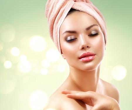 tratamiento facial: Mujer del balneario. Bella joven después del baño tocar su cara
