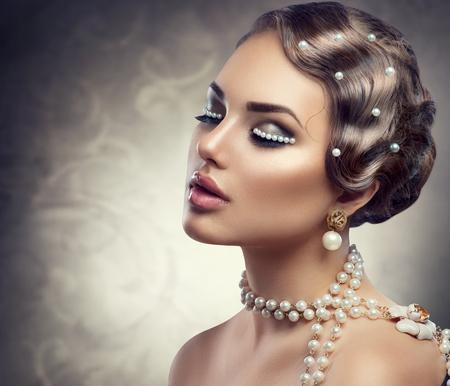 femme romantique: Rétro style de maquillage avec des perles. Belle jeune femme, portrait