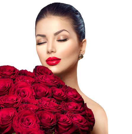 mujer con rosas: Mujer del modelo de manera de la belleza con gran ramo de rosas rojas Foto de archivo