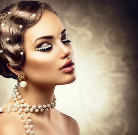 perlas: Retro estilo de maquillaje con perlas. Bello retrato de mujer joven Foto de archivo
