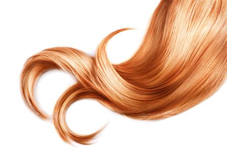 Mèche de cheveux rouge gros plan isolé sur fond blanc Banque d'images
