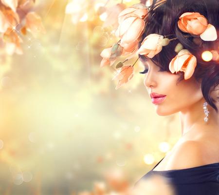 Frühlingsfrau mit Magnolia Blumen in ihrem Haar