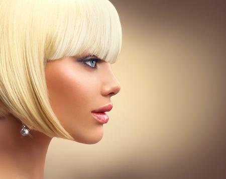Beautiful fashion femme blonde avec bob haircut. Fringe coiffure Banque d'images - 52998302