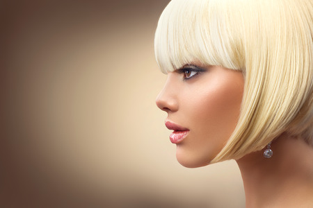 modelo: La mujer rubia de moda hermosa con corte de pelo bob. el peinado de la franja