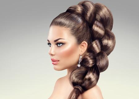 Treccia dei capelli. Bella donna con capelli lunghi sani