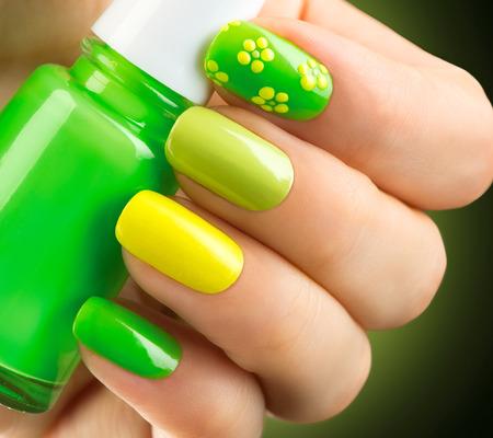 Primavera manicura verde. Botella de esmalte de uñas Foto de archivo