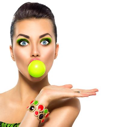 Beauté fille drôle de modèle avec bulle verte de chewing-gum et de maquillage lumineux