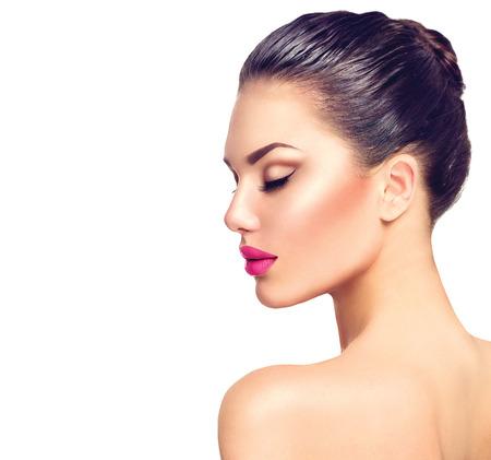 Mooie brunette vrouw profiel portret op wit wordt geïsoleerd Stockfoto