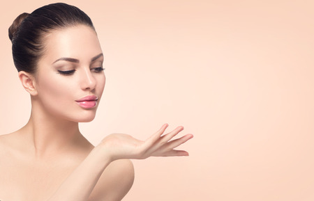 belle brune: femme beaut� spa avec une peau parfaite