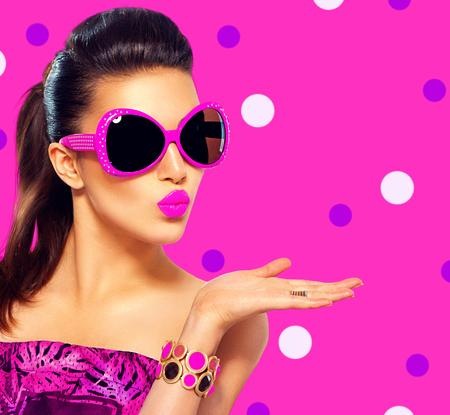 móda: Krása modelka dívka, která nosí sluneční brýle fialové Reklamní fotografie
