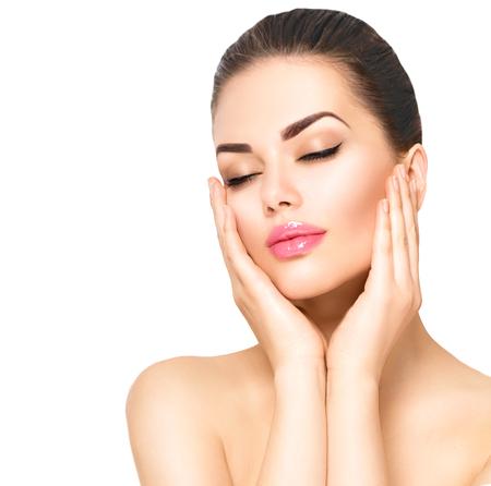 cerrar: Retrato de la belleza. Hermosa mujer de spa tocar su cara Foto de archivo