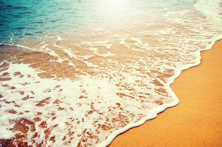 Playa de arena dorada con las olas del mar azul Foto de archivo - 53679998