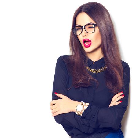 Muchacha de la belleza del modelo de manera atractiva con gafas, aislado en fondo blanco Foto de archivo