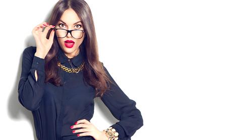 morena: Muchacha de la belleza del modelo de manera atractiva con gafas, aislado en fondo blanco Foto de archivo