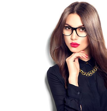 vidrio: Muchacha de la belleza del modelo de manera atractiva con gafas, aislado en fondo blanco Foto de archivo
