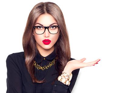 Chica sexy de moda belleza con gafas mostrando copyspace vacío para texto