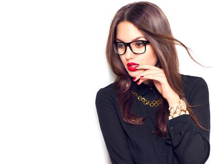 vasos: Muchacha de la belleza del modelo de manera atractiva con gafas, aislado en fondo blanco Foto de archivo