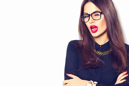 Modello di bellezza Ragazza sexy con gli occhiali, isolato su sfondo bianco