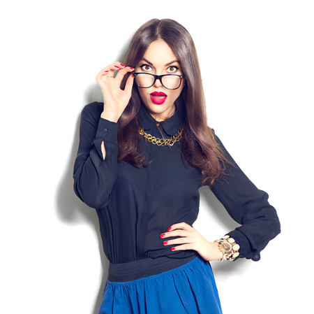 modelos posando: Muchacha de la belleza del modelo de manera atractiva con gafas, aislado en fondo blanco Foto de archivo