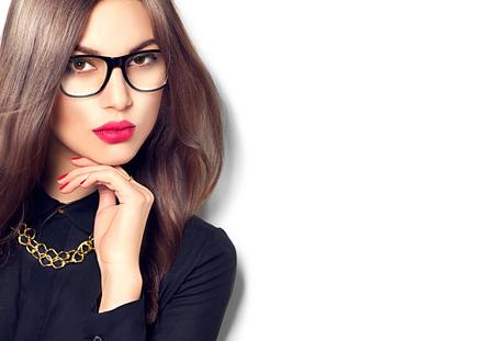 beleza: Beleza menina modelo sexy moda usando óculos, isolado no fundo branco Imagens