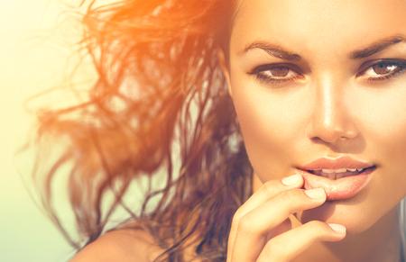 美容サンシャイン少女の肖像画。ビーチで熱い太陽の下でモデルの女性 写真素材