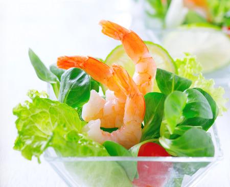 gamba: Ensalada de langostinos. Ensalada de camarones con verduras y tomates mixtas Foto de archivo