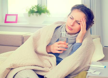 Mujer enferma con el termómetro. Gripe. Mujer sorprendida en frío