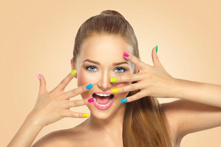 Krása dívka s barevné nehty. Manikúra a make-up