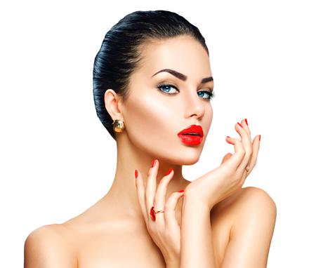 美容: 美麗性感的黑髮女子與奢華的妝容和美甲