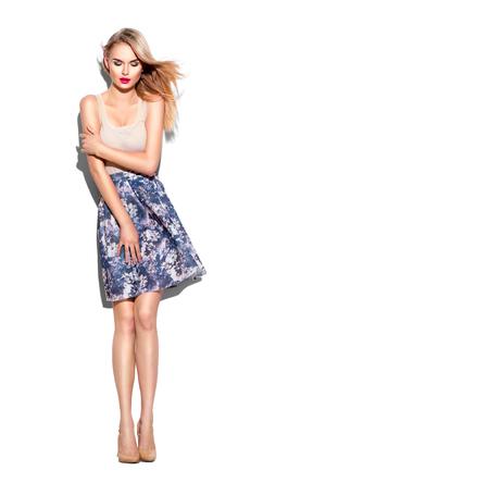 時尚: 時裝模特兒姑娘全長肖像身著短裙和米色頂部