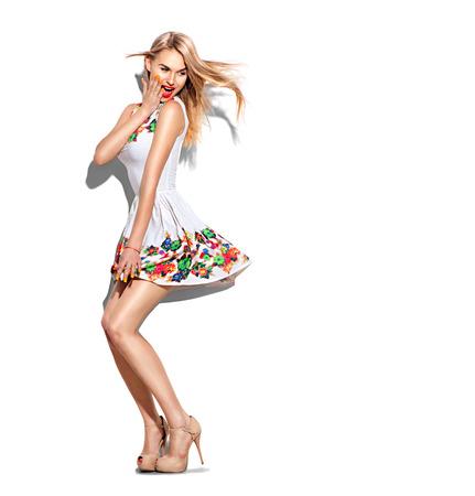 mode: Förvånad modell flicka full längd porträtt klädd i kort vit klänning Stockfoto
