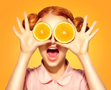 Skönhet modell flicka tar saftiga apelsiner Stockfoto