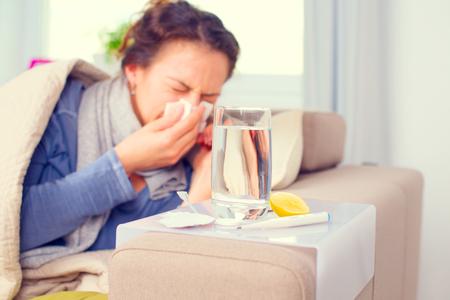 Больная женщина чихание в ткани. Грипп. Женщина простудился