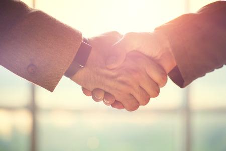 la union hace la fuerza: La gente de negocios concepto. Dos hombres agitando las manos. Asociaci�n Foto de archivo