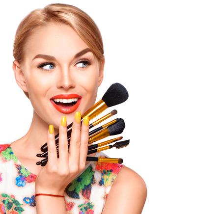 Piękno kobiety z pędzle do makijażu. Stosowania makijażu na wakacje