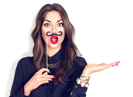 Überrascht Modell gil hält lustiger Schnurrbart auf Stick
