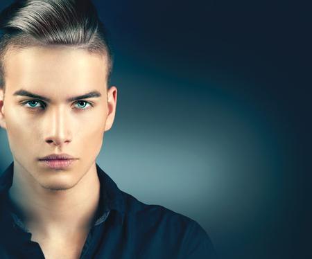 móda: Modelka muž portrét. Pohledný chlap detailní