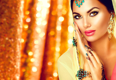 멘디 문신, 완벽 한 메이크업 및 액세서리와 함께 젊은 아라비아 여자 스톡 콘텐츠