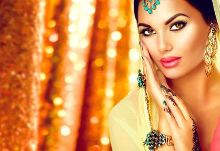 Arabische jonge vrouw met mehndi tattoo, een perfecte make-up en accessoires Stockfoto
