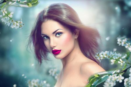maquillaje de fantasia: retrato de la moda de primavera modelo chica con el pelo largo soplado