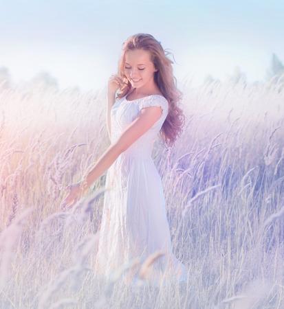 自然を楽しんで美しいロマンチックな十代のモデルの女の子