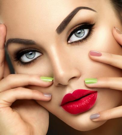 мода красоты женщина с яркой косметикой и красочными Nailpolish