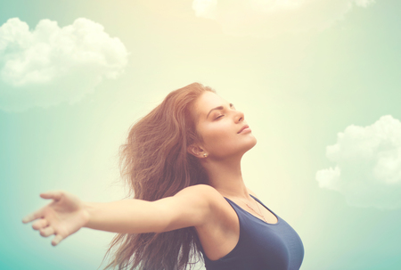 Freie glückliche Frau über Himmel und Sonne Standard-Bild - 56329448