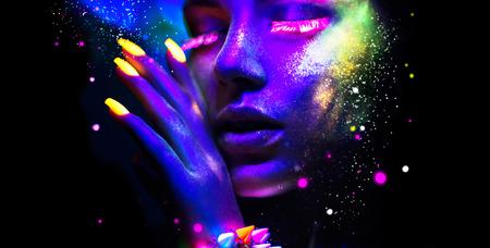 maquillaje fantasia: Mujer de la manera en luz de neón, retrato de modelo de belleza con maquillaje fluorescente Foto de archivo