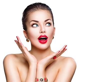 labios sexy: Mujer sorprendida. La muchacha hermosa modelo con maquillaje perfecto Foto de archivo