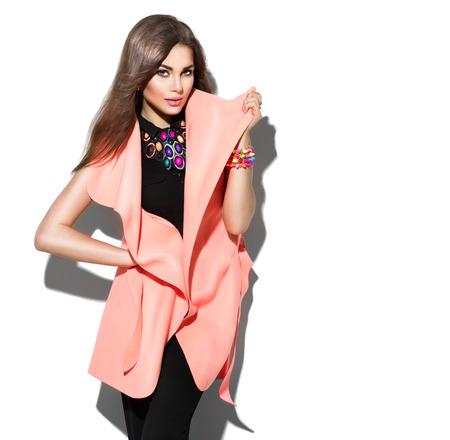 tela blanca: Modelo de la belleza chica posando en ropa de moda